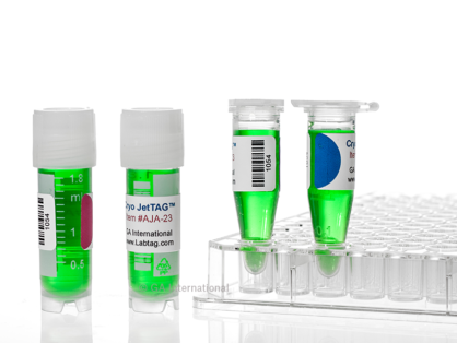 Zwei Mikroröhrchen in einem Gestell, gefüllt mit einer grünen Flüssigkeit, beschriftet mit farbigen kryogenen Inkjet-Etiketten, neben zwei weiteren beschrifteten Kryo-Fläschchen auf einem Labortisch.