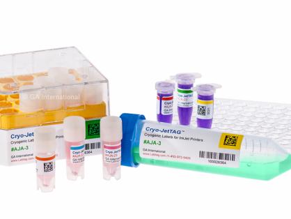 Eine Gruppe von Mikroröhrchen, Kryovials, einer Kryobox und einem 50-ml-Röhrchen, alle mit kryogenen Cryo-JetTAG-Inkjet-Etiketten versehen, die mit Text und einem Barcode bedruckt sind.