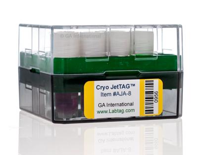 Klare Kryo-Box mit 4-Kryo-Fläschchen, gekennzeichnet mit einem Cryo-JetTAG-Kryo-Etikett für Tintenstrahldrucker, bedruckt mit Text und einem 1D-Barcode.