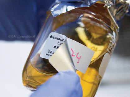 Eine Flasche, die dampfautoklaviert werden soll, ist mit einem hochtemperaturbeständigen LabTAG Blackout-Etikett versehen