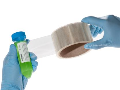 Ein Forscher mit blauen Handschuhen laminiert ein beschriftetes 50 ml-Röhrchen mit LabTAG-Kryo-Laminierband.