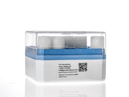 Weiße Kryo-Box mit Kryo-Fläschchen, gekennzeichnet mit einem DYMO-kompatiblen Kryo-Etikett, gedruckt mit alphanumerischem Text und einem 2D-Barcode.