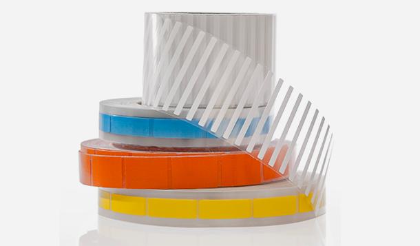 Ein Stapel weißer und farbiger Cryo-Automatisierungsetiketten von Labtag, die für die meisten automatisierten Thermotransfer-Druck- und Auftragssysteme ausgelegt sind.