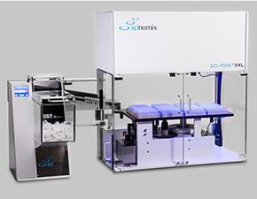 Ein Scinomix VXQ Bulk Tube Handler und Feeder mit Touchscreen-Display, verbunden mit einem Sci-Print VXL-Etikettierautomaten.