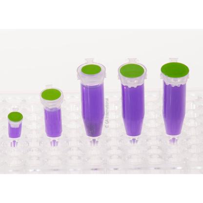 Ein durchsichtiges Gestell mit fünf Mikroröhrchen unterschiedlicher Größe, gefüllt mit einer lila Flüssigkeit, gekennzeichnet mit grünen LabTAG-kryogenen, beschreibbaren Farbpunkten.
