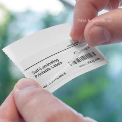 Heben Sie das durchsichtige Laminat von Hand an, um das entfernbare selbstlaminierende Thermotransferetikett zu schützen, das mit Text und einem 1D-Barcode bedruckt ist.