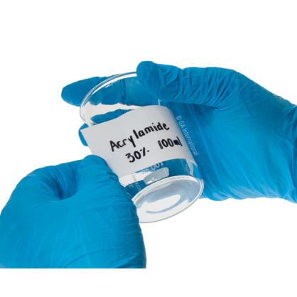 Une main gantée appliquant PluroTAPE, le ruban perforé permanent auto-contrecollable, inscriptible, sur un bécher en verre vide aux fins d'identification.