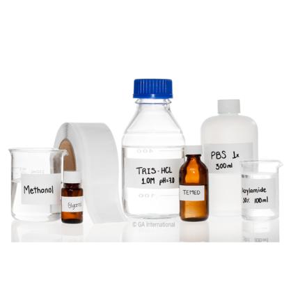 Divers articles en verre et en plastique de laboratoire identifiés à l'aide de PluroTAPE, un ruban perforé permanent, auto-contrecollé, inscriptible, de LabTAG.