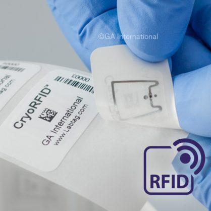 Une étiquette RFID surgelée est détachée de son support. L'inlay UHF est visible et sécurisé sous l'étiquette. Les codes à barres 1D et 2D sont imprimés sur l'étiquette.